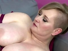Bigtit mature mother feeding her thirsty labia