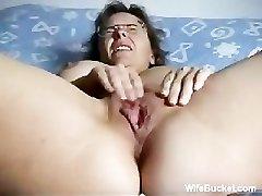 Mature wifey fingering herself