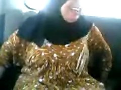 Arab MILF sucking and poking in a car