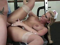 Buxom nurse horny on doctors