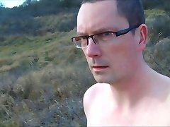 Promenade nu dans les dunes