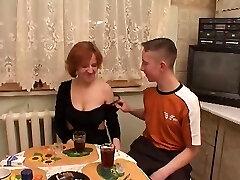 Moden Kvinde og Two Unge Fyre - 7 (Danish Title)