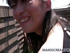 Stygg Asiatiske brunette Miki Sugimoto blåser kuk og knuller doggy style utenfor