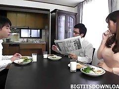 Schöne japanische mit großen Titten spielen