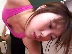 Pantyhosed Orientalsk søta blinker hennes store hooters og worsh