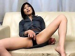 Kasumi Ito kelia pūlingas vibratorius ir sucks gaidys ir
