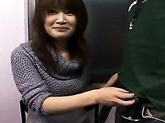 Seksualus Japonijos mažylį su gana šypsena dirba savo rankas ant
