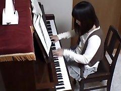 Piano-opettaja taka-nai hänen oppilaansa koko piano avaimet