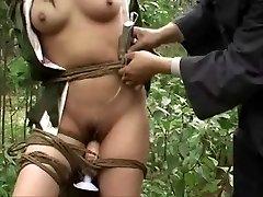 Ķīnas armijas meitene saistīta ar koku 3