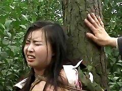 Kineska vojska djevojke vezan uz drvo 2