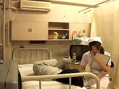 Αξιολάτρευτο άτακτος νοσοκόμα γεμίζει με πουλί σωστά