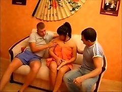 Russische Aziatische Milf probeert uit twee Jongens