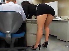 Japāņu biroja meitene izpaužas fucked ar diviem