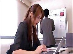 शरारती एशियाई कार्यालय कार्यकर्ता है, मालिक सम्मेलन कक्ष में