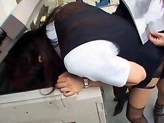 Ιαπωνικό κορίτσι πηδάει στο γραφείο με το κεφάλι στο φωτοτυπικό
