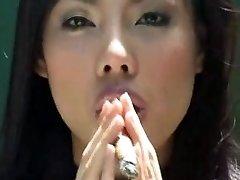एशियाई लड़की धूम्रपान सिगार