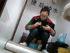 חנון ילדהה סינית נתפס משתין