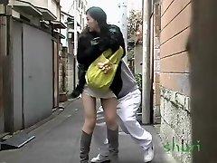 Sorpreso a pelo lungo orientale ragazza perde le sue mutandine durante usura, affare