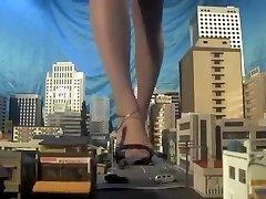 Veliki japanski visoka žena džin, bos,sandale,mnogi automobili slomiti svakom koraku