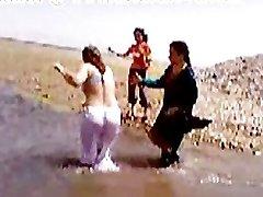 A Pakisztáni Szindi Karacsi Néni Meztelen Folyó Fürdő