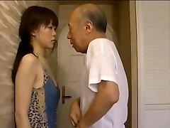 νεαρό κορίτσι εθισμένος στο φιλί μεγαλύτερο άντρα