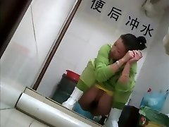Sexy japanese chick snooped in a toilet