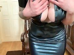 Pussysprengung mit Bad Dragon Dildo & im neuen Latex Apparel