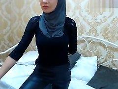 Brunette Muslimgirl fingerblasting his anus