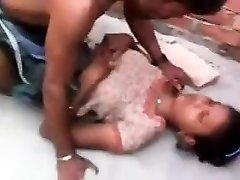 Küla tüdruk on esimest korda sugu kohaliku tüdruk