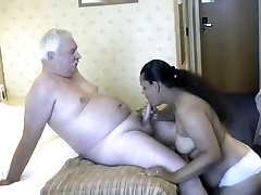 Tėtis su indijos moterims