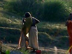 Indijos granny maudytis upėje