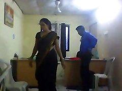 rapariga do escritório com câmara escondida