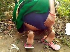 Big Ass Bhabhi Outdoor Risky Public Fingering In Green Saree Show Monstrous Mounds