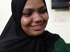 インドのメイド、Bhabhiはしばしば彼女の雇用者の息子の代わりに彼女の仕事をするセックスをしている