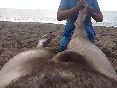 Nudo massaggio sulla spiaggia