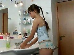 Baisée dans la salle de bain