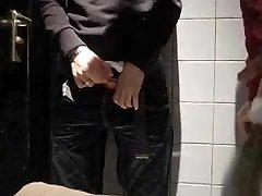 Dans les toilettes publiques