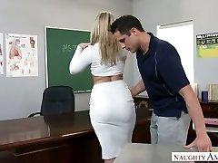 Extremamente sexy big atormentado professora loira foi fodido direito sobre a mesa