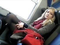 voyeur spiegu pievilcīgs meitene vilcienā