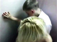 لطيف شقراء في سن المراهقة اشتعلت سخيف في الحمام في حفلة موسيقية