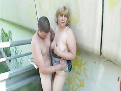 Blonde Mature Large De Baise En Plein Air