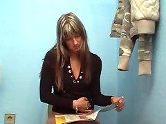Mulher Encontra Gloryhole em uma Estação de Enchimento