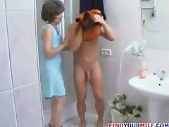 Nobriedis slampa savaldzināt gados jaunāku vīrieti dušā