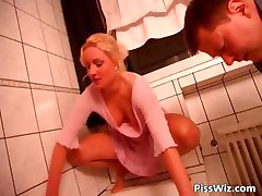 Nana Blonde chevauche la bite dans la salle de bain part5