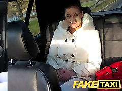 FakeTaxi au second plan sexe sur le public en bordure de route