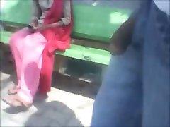 رقصیدن دختر چشمک می زند در پارک