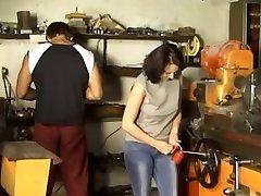 Брюнетка gangbanged в мастерской