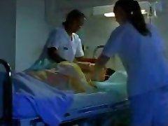 две медсестры брить член