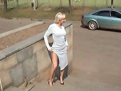Горячая блондинка русские МИЛФ позирует на улице