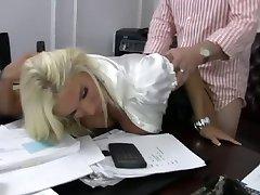 Блондинка шлюха мать трахает своего босса